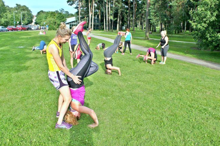 Janina Pohja, Fit Times, MT Personal Training, treeniryhmä, ulkotreeni, päälläseisonta, käsilläseisonta, temppuilu, kehonpainotreenit, apua, onnistuminen, harjoittelu, Tuukka Pursiainen, Monna Treenaa, Emmi Lehtomaa, yhteistyö, bloggaaja
