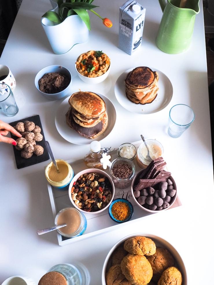 mitä pöytään brunssille, brunssi-ideoita, Foodin, Janina Michaela, banaanipannukakut, lifestyle-bloggaaja, ystävät