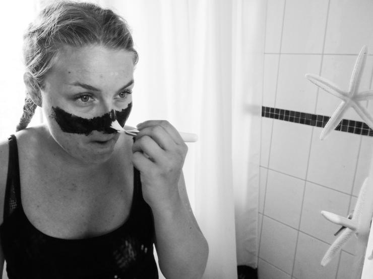 Janina Michaela, kasvonaamio, stressaantuneen ihon hoito, yhteistyö, hyvinvointi bloggaaja, musta kasvonaamio, mustapäiden poisto, ihonkuorinta, alennuskoodi